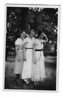 Foto, Drei Frauen im Kleid, 1932