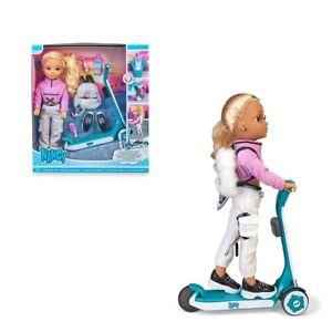 Bambola Nancy 42 cm con monopattino, ruote a led e accessori, età 3+