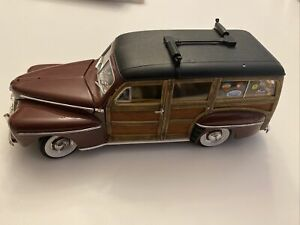 Signature Series 1948 Ford Woody Wagon w/Surfboard 1:18 Scale Diecast Model Car.