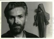 1990 Press Photo Jesuit Priest Dennis Leder at the Slocum House in Syracuse