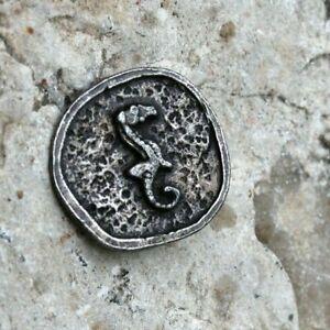 ancien bouton a décor d hippocampe