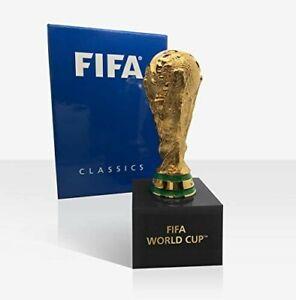 Miniaturisierte Nachbildung des FIFA-Pokals in 3D auf Podest, Größe: 150 mm (H),