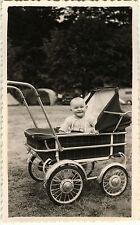 PHOTO ANCIENNE - VINTAGE SNAPSHOT - ENFANT BÉBÉ POUSSETTE LANDAU SOURIRE DRÔLE 1