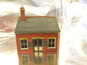 ** Scenix PKEM6111 Ticket Office Building with AD Posters Red Brick 1:76