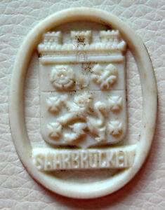 Saarbrücken, geprägtes Kunststoffbzeichen vom WHW, Rückseite glatt, 30 x 38 mm