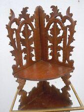 Étagère en bois sculpté à décor de feuillage ancienne encoignure
