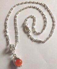 collier argenté avec pendentif dauphin perle oeil de chat orange