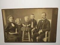 Kiel - Familie - Mann mit Bart & Frau mit Buch & 3 Kinder - Junge Mädchen / KAB