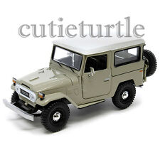 Motormax Toyota FJ 40 Land Cruiser with White Top 1:24 Diecast Car 79323 Beige