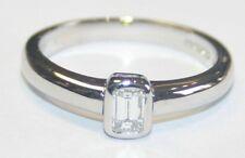 Dall'aspetto massiccio 18ct oro bianco taglio a smeraldo solitario anello 0.22cts