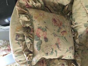 Ralph Lauren Francesca floral ruffled throw pillow excellent