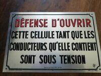 Rare plaque tole relief 20X30 DEFENSE d'OUVRIR CETTE CELLULE / SOUS TENSION