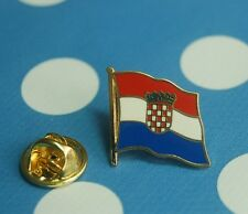 Kroatien Pin Button Badge Anstecker Flaggenpin Anstecknadel geschwungen
