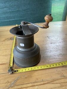 1 old tool, outil ancien de cuisine Ustensiles, Moulin à épices, moulinette.