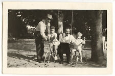 Petits garçons vélo balançoire hommes - photo ancienne amateur an. 1950