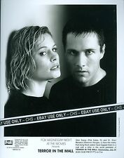 """SHANNON STURGES & ROB ESTES ORIG. 1998 B&W 8x10 PRESS PHOTO """"TERROR IN THE MALL"""""""
