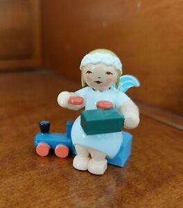 Wendt & Kühn Margeritenengel Sitzend mit Eisenbahn