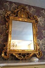 Grand miroir doré à la feuille d'or style baroque d'un château à Bordeaux