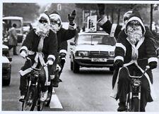 schwarz-weiß Ansichtskarte: drei Weihnachtsmänner auf dem Moped
