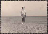 YZ0221 Albenga - Donna in spiaggia - Fotografia d'epoca - 1962 vintage photo