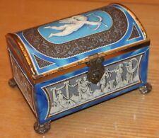 boite de chocolat ou biscuit a décor en relief d angelot et scène romantique
