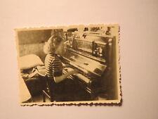 Mädchen spielt in einer Wohnung am Klavier / Foto Hamburg ?