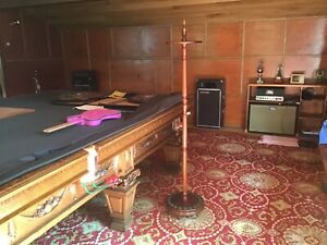 Round Mahogany snooker cue stand, holds 20 cues