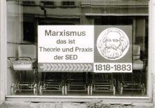 Ostalgie-Postkarte mit Karl Marx und Politlosung in Neustrelitz mit Kinderwagen