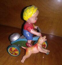 Tin Toy Japan Bambino e cane in celluloide su triciclo di latta litografato