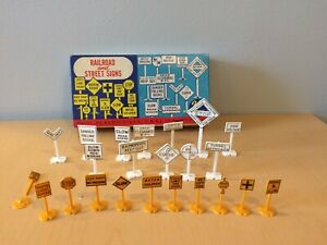 VINTAGE PLASTICVILLE 23 WHITE RAILROAD AND YELLOW STREET SIGNS -READ DES