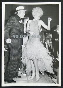 foto di UGO TOGNAZZI e VIRNA LISI al mitico PIPER CLUB lancio film ARABELLA 1967