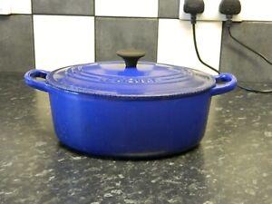 le creuset cast iron casserole dish in blue    size 25
