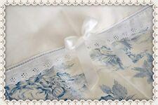 Rideau prêt à poser romantique écru/bleu  en Toile de Jouy et broderie anglaise