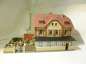 HO 00 OO gauge pub with beer garden diorama people flowers Kibri