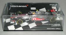 Voitures Formule 1 miniatures sur Lewis Hamilton