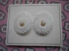 Vintage 50's 60's kitsch novelty plastic and pearl clip on earrings - white