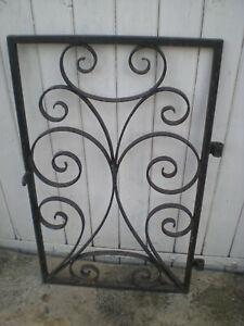 ancienne porte de puits fer forgé volutes authentique