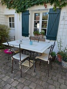 TABLE en marbre et 4 chaises en fer forgé