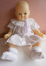 Life-like Bebé Niña Muñeca en un vestido, extremidades/cabeza de plástico, cuerpo de tela suave, Maniquí