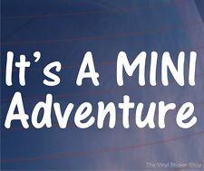 Es una mini aventura divertida car/van/window / bumper/laptop Vinilo calcomanía / etiqueta adhesiva