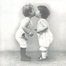 2 Serviettes en papier Baiser Bébé Paper Napkins Kissing Babies Sagen Vintage