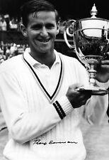 Roy EMERSON Australie célébrant avec le Wimbledon Trophée signé 12x8 Photo