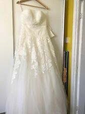 Beautiful lace Novia Corse wedding dress