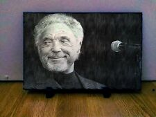 "Sir Tom Jones Dibujo Arte Retrato en pizarra 8x6"" Raro Coleccionable Recuerdos"