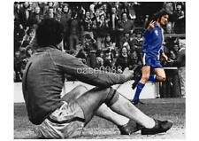 CARDIFF CITY FC LEGEND ROBIN FRIDAY GIVING THE V - SIGN 1977 A4 PRINT