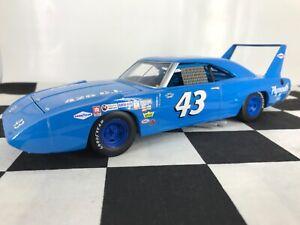 SAMPLE/PROTOTYPE 1:24 Richard Petty #43 1970 Plymouth Superbird Racing Champions