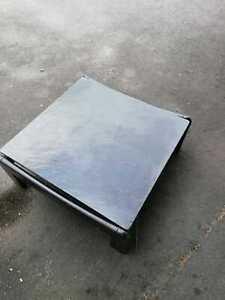 Schwarzer Tisch mit Schieferplatte