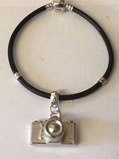 Fotocamera TG56 su un D'argento Bracciale in finta pelle di serpente