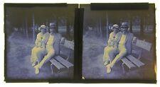 Couple assis sur un banc France Vintage Autochrome stéréo 7x13 cm