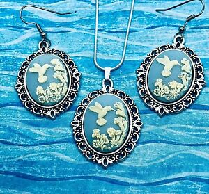 New HUMMINGBIRD Wedgwood Blue CAMEO SILVER PENDANT NECKLACE PIERCED EARRING SET